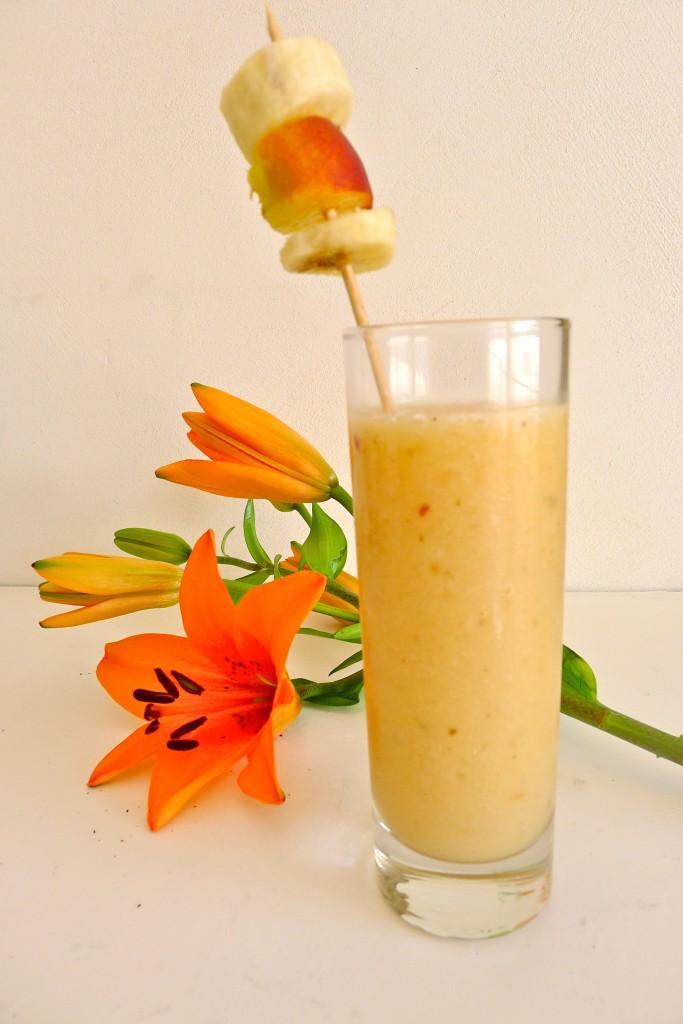 Le smoothie du mois: banane, pêche, orange dans Boissons non alcoolisées et smoothies L10307641-683x1024